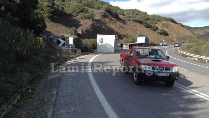 dom1 - Λαμία: Κοντέινερ με προορισμό τη Λάρισα έπεσε από φορτηγό.