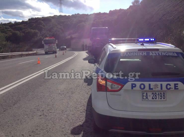 dom5 - Λαμία: Κοντέινερ με προορισμό τη Λάρισα έπεσε από φορτηγό.