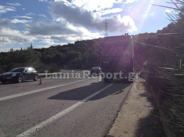 dom6 - Λαμία: Κοντέινερ με προορισμό τη Λάρισα έπεσε από φορτηγό.