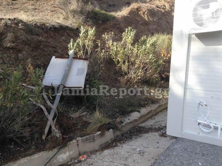 dom7 - Λαμία: Κοντέινερ με προορισμό τη Λάρισα έπεσε από φορτηγό.