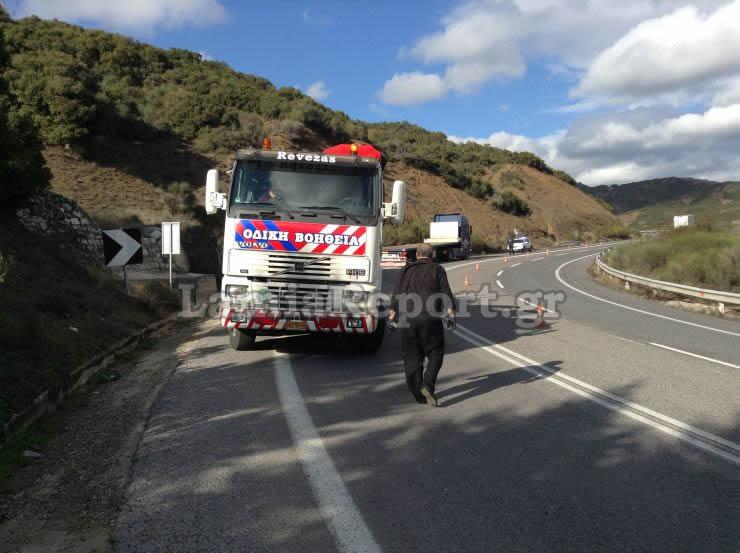 dom8 - Λαμία: Κοντέινερ με προορισμό τη Λάρισα έπεσε από φορτηγό.
