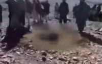 Σκληρές εικόνες: Όχλος θάβει γυναίκα μέχρι τη μέση και τη δολοφονεί με λιθοβολισμό