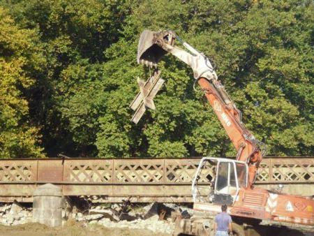 Καταστρέφουν γέφυρα 160 ετών στο Παλιούρι!