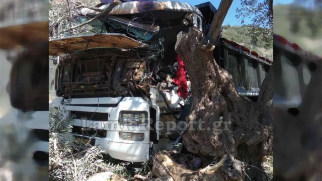 Φωκίδα : Σκοτώθηκε 31χρονος σε τροχαίο - Το φορτηγό του «καρφώθηκε» σε ελιά(φωτο)