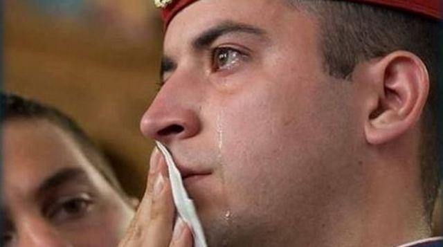 Φωτογραφία: Τα δάκρυα του εύζωνα που συγκίνησαν όλο τον κόσμο!