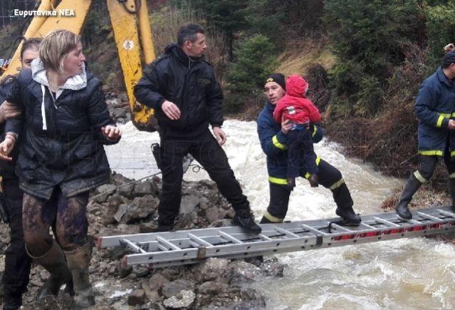 ΤΩΡΑ: Εκκενώνουν το Κρίκελο Ευρυτανίας - Οι κατολισθήσεις έκοψαν στη μέση το χωριό