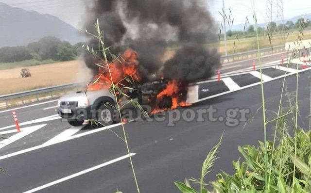 """""""Λαμπάδιασε"""" αυτοκίνητο έξω από τη Λαμία - Δείτε εικόνες"""