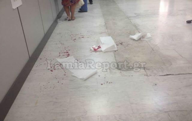 Λαμία: Έβγαλε τον σουγιά και έκοψε τις φλέβες του μέσα στα γραφεία του ΟΑΕΕ (ΒΙΝΤΕΟ - ΦΩΤΟ)