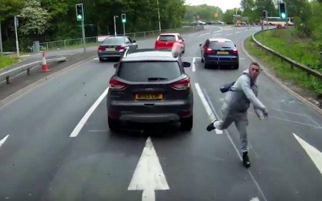 e13731ea973f Οργισμένος οδηγός βγαίνει από το αμάξι για να πετάξει κάτι ιδιαίτερο στο  όχημα πίσω