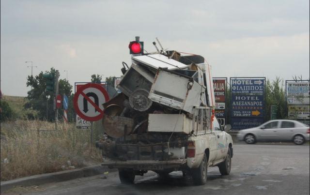 Παραλίγο σοβαρό ατύχημα - Έπεσε σίδερο από αγροτικό στον παράδρομο