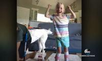 «Περπατάω! Ναι!» Η υπέροχη στιγμή που 4χρονη με εγκεφαλική παράλυση κάνει τα πρώτα της βήματα [vid]