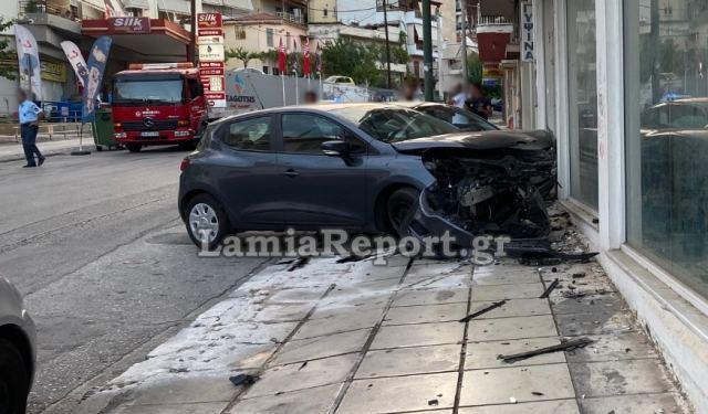 Λαμία: Έπεσε σε παρκαρισμένο και κατέληξαν σε βιτρίνα καταστήματος