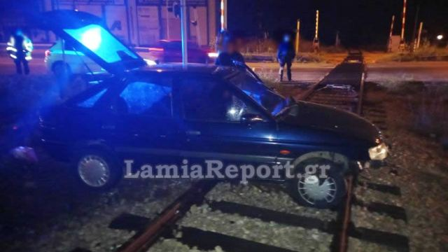 Λαμία: Πήγε ευθεία στο αδιέξοδο και καρφώθηκε στις γραμμές του τραίνου (ΦΩΤΟ)