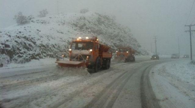 ΤΩΡΑ: Με αλυσίδες στην εθνική οδό - Μάχη με το χιονιά για να την κρατήσουν ανοιχτή