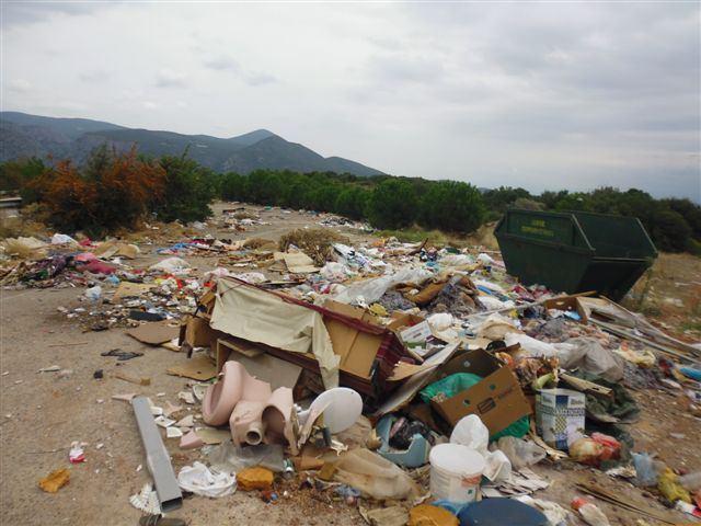 Αποτέλεσμα εικόνας για σκουπιδια στο χαντακια των δρομων εικονεσ