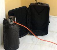 Αυτή είναι η φιάλη και η βαλίτσα που σήμαναν συναγερμό στη Μονή Πετράκη