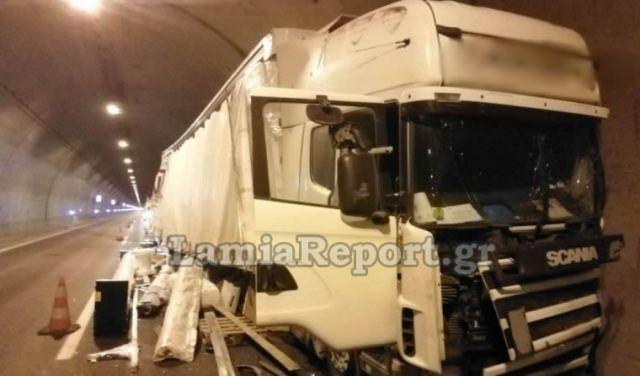 Φθιώτιδα: Παραλίγο τραγωδία σε τούνελ με νταλίκα - Δείτε εικόνες