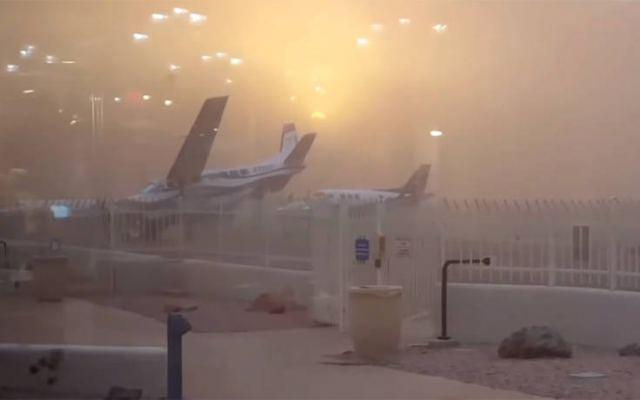 Αποτέλεσμα εικόνας για Άνεμος μετακινεί σταθμευμένο αεροσκάφος σαν να είναι… χάρτινο