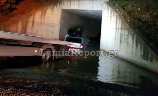 Λαμία: Αυτοκίνητο εγκλωβίστηκε κάτω από γέφυρα - ΦΩΤΟ