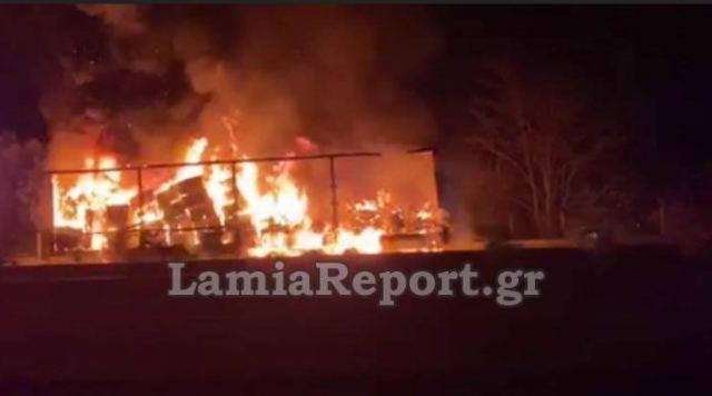 Καίγεται νταλίκα στην εθνική οδό - Δείτε ΒΙΝΤΕΟ
