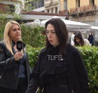 Αλίκη Κατσαβού: Συντετριμμένη στο παρεκκλήσι της Μητρόπολης, όπου βρίσκεται η σορός του Κώστα Βουτσά