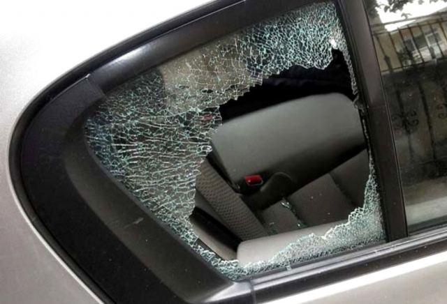 Έσπαγαν με πέτρες τα παράθυρα και έκλεβαν ότι έβρισκαν