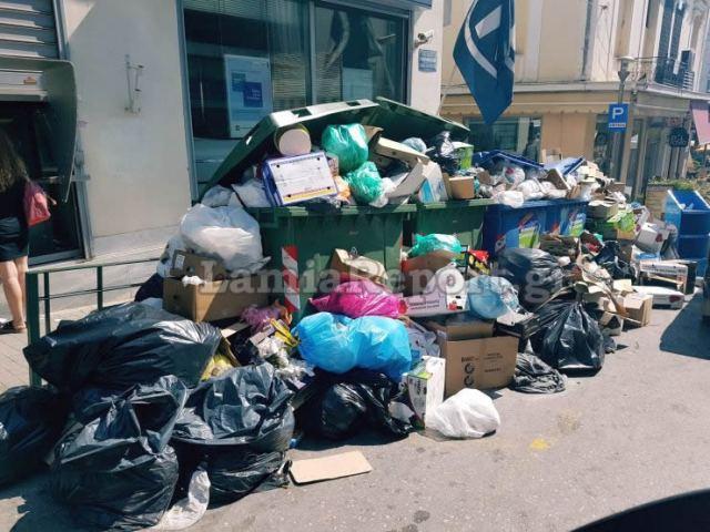 Λαμία: Μας... ζώνουν τα σκουπίδια
